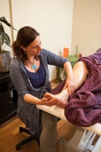 Anouschka Ebbinge verzorgt in het Heelhuis massages bij kankerpatienten. Patient is in overleg buiten beeld gehouden.